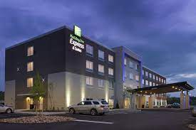 A Holiday Inn & Suites hotel lit up at night